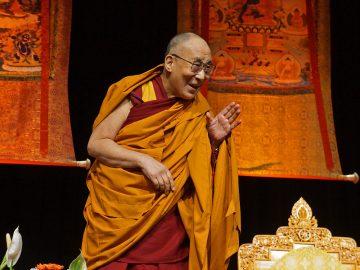 Dalai-Lama-Standing